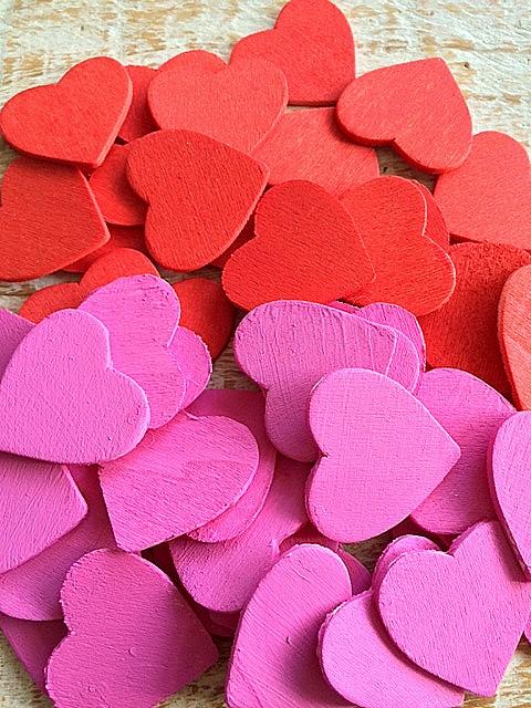 Rood en fuchsia geverfde houten hartjes van 3 cm breed leuk als decoratie of om verder mee te for Decoratie stuk om te leven